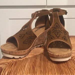 MINNETONKA BROWN WEDGE. NEW IN BOX
